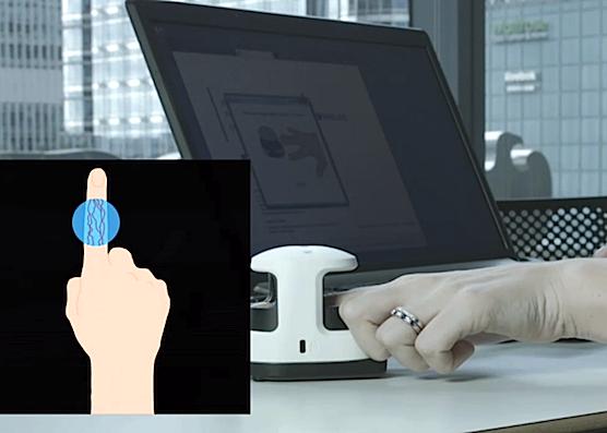 Der Scanner erkennt den Mitarbeiter an seinem einzigartigen Blutadergeflecht im Zeigefinger. Das funktioniert übrigens nur bei lebenden Fingern, durch die Blut fließt – nicht bei abgeschnittenen.