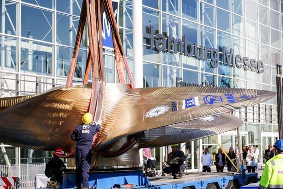 Ein Kran stellt das Wahrzeichen der Schiffsmesse SMM vor den Messehallen in Hamburg auf: einen82 Tonnen schweren Schiffspropeller. Noch bis zum 12. September zeigen Aussteller aus aller Welt auf 90.000 Quadratmetern Ausstellungsfläche Trends aus der maritimen Welt.
