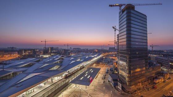 Der neue Wiener Hauptbahnhof bei Nacht: Das eine Milliarde Euro Bauprojekt ist fast fertig und beeindruckt durch sein Rautendach und die futuristische Architektur. Mitte Dezember beginnt der eigentliche Bahnbetrieb.