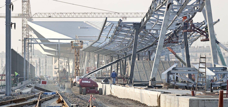 Bau der Rautendächer: Der Wechsel von Glas- und Dachflächen in Rautenform lässt nicht nur viel Licht in den Bahnhof, sondern erzeugt auch Spannung und fasziniert das Auge.