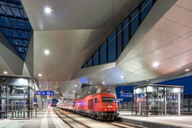 Der neue Hauptbahnhof in Wien löst die beiden Kopfbahnhöfe Süd- und Ostbahnhof ab. Bei nur zehn Gleisen kann der neue Durchgangsbahnhof mehr Verkehr abwickeln als zuvor auf 18 Gleisen.