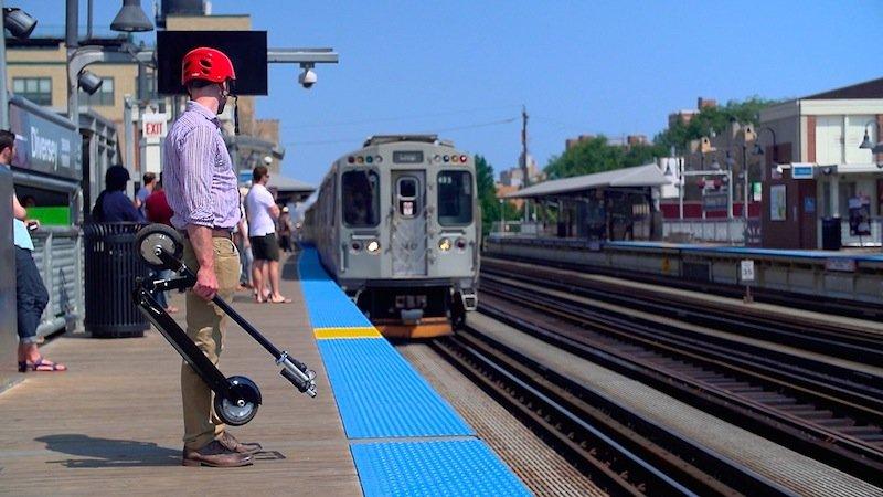 Zusammengeklappt lässt sich der zwölf Kilogramm schwere Smartscooter bequem tragen. Die Erfinder wollen ihn für 550 US-Dollar auf den Markt bringen.