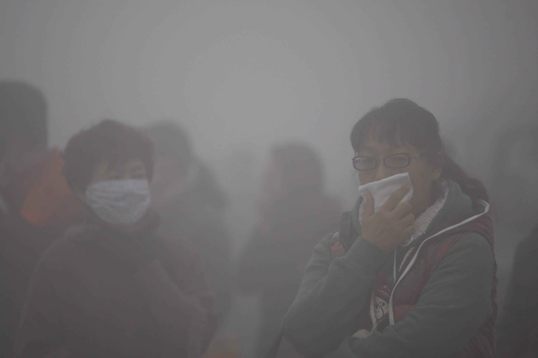In China ein gewohntes Bild: Bürger laufen mit Atemschutzmasken durch die Städte. Eine bessere Luftqualität erhofft sich die Regierung, wenn die Reedereien in der Binnenschifffahrt auf Erdgas umsteigen.