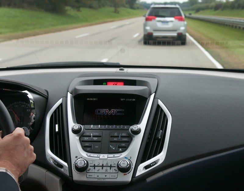 Um Unfälle zu vermeiden, setzt GM bereits eine Digitalkamera in Autos ein, die den Abstand zu vorausfahrenden Wagen kontrolliert.