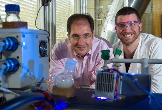 Vom Abfall zum Malariamedikament: Prof. Dr. Peter Seeberger (li.) und Dr. Kerry Gilmore vor ihrer Entwicklung – ein Photoreaktor, der kontinuierlich aus Abfall Artesunat und drei andere Medikamente produzieren kann.