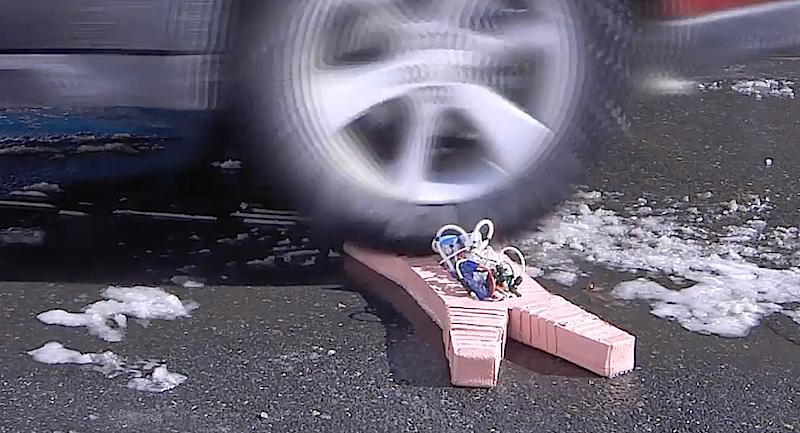 Ein Auto fährt über Softbot: Es sieht schlimm aus, beeindruckt den Roboter aber nicht. Dank des Silikons ist er vollkommen flexibel.