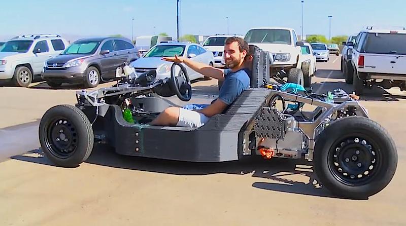 Probefahrt mit dem unfertigen Strati: Wenn auch die Probefahrt mit der fertigen Version gelingt, wollen die Erfinder das Auto aus dem 3D-Drucker in den nächsten Monaten zur Serienreife bringen.