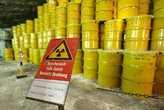 In rund 500 Metern Tiefe lagern im Endlager in Morsleben (Bördekreis) Fässer mit Atommüll: Die drei großen Energiekonzerne E.On, RWE und EnBW möchten ihr gesamtes deutsches Atomgeschäft an den Bund übertragen.