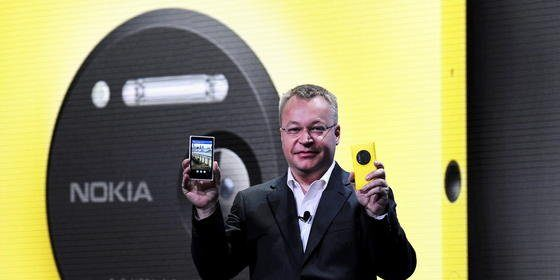 Der ehemalige Nokia-CEO Stephen Elop ist mittlerweile Chef der Mobilfunksparte bei Microsoft. In der Hand hält er das Nokia Lumia 1020. DieModelle Lumia 830 und Lumia 730 sind die letzten, die unter dem Markennamen Nokia erscheinen.