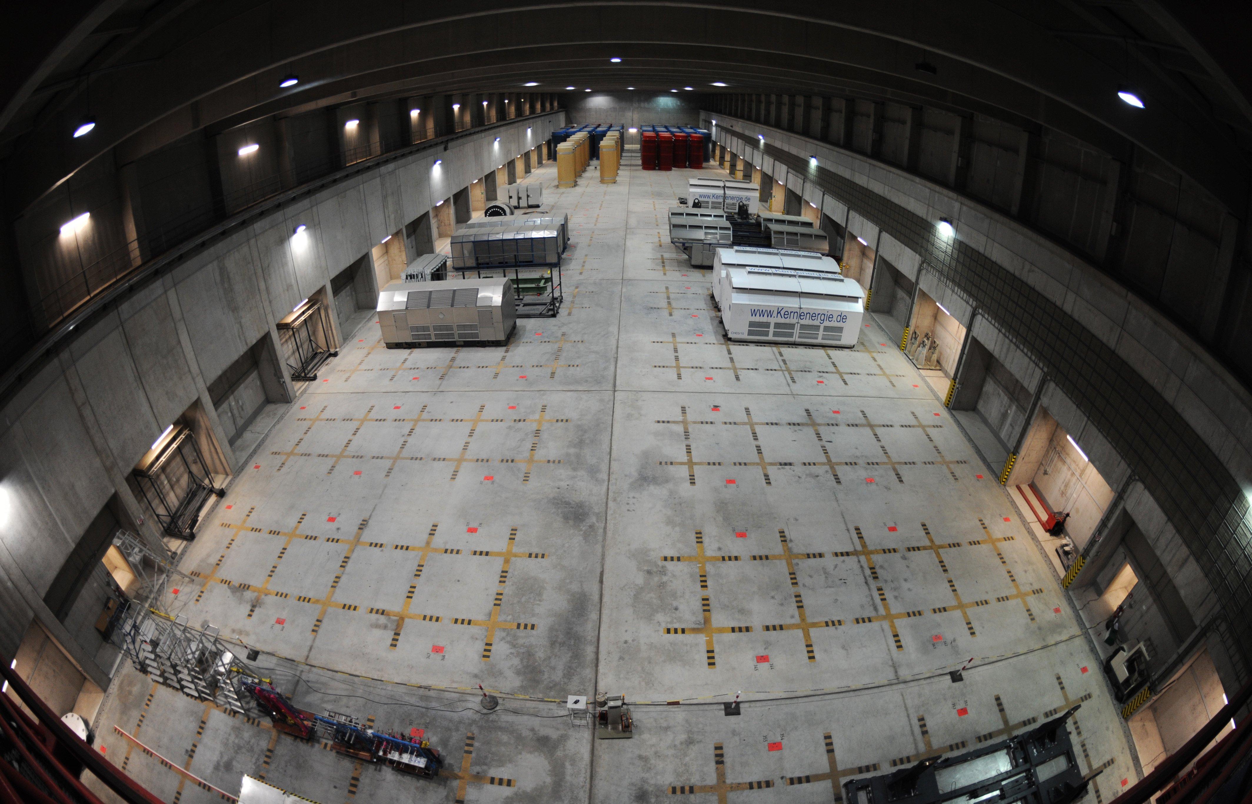 Behälter mit hoch radioaktiven Abfällen (hinten) und einige Transporthauben im Transportbehälterlager im atomaren Zwischenlager in Gorleben: Die Energiekonzerne wollen das Risiko für Abriss ihrer Meiler und die Lagerung der Brennstäbe auf den Bund abwälzen.
