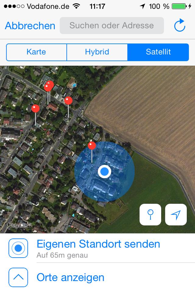 Auf einer Karte, die in der aktuellen WhatsApp-Version auch Hybrid- und Satellitenansicht unterstützt, kann man per virtueller Stecknadel den eigenen Standort mitteilen und den anderer sehen.