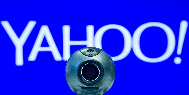 Webcam vor einem Yahoo-Logo in Berlin:Bisher durfte der Internetkonzern nichts darüber sagen, warum er nach anfänglicher Weigerung Daten an die NSA lieferte. Nun wurden Dokumente aus einem Geheimverfahren veröffentlicht.