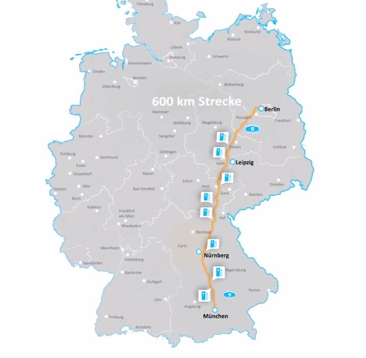 Die acht neuen Schnellladestationen entlang der A9 verteilen sich auf 430 Kilometern zwischen München und Leipzig. Eine Verlängerung bis Berlin ist geplant.