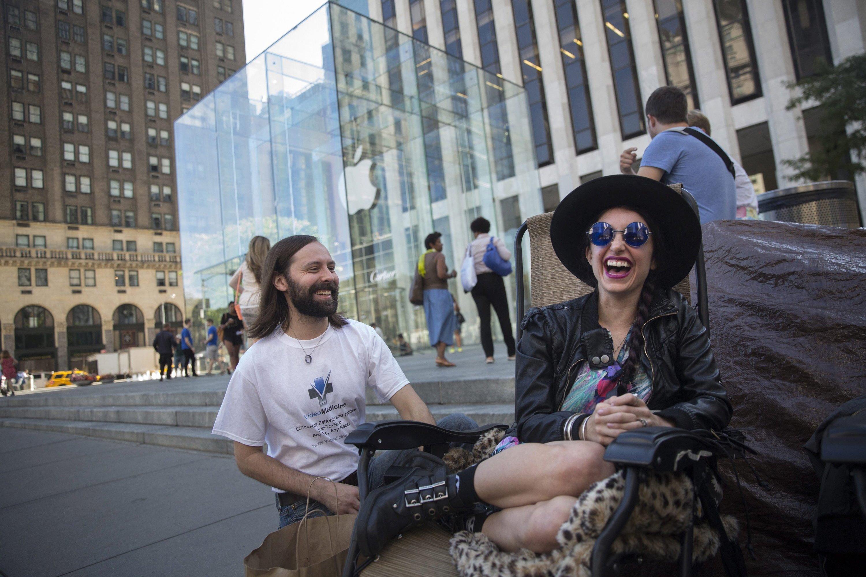 In New York haben sich neben anderen Apple-Fans Jason Ray (li.) und Moon Ray schon vor der Präsentation des neuen iPhones vor dem Apple-Geschäft auf der Fifth Avenue einquartiert. Der Ladenverkauf startet am 19. September