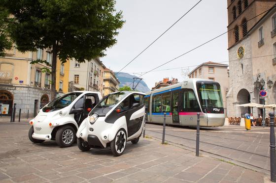 Toyota-Modellprojekt iRoad in Grenoble: Toyota will auch künftig Elektrofahrzeuge, Brennstoffzellenantriebe und weitere Assistenzsysteme entwickeln, plant aber keine fahrerlose Fahrzeuge wie andere Hersteller.