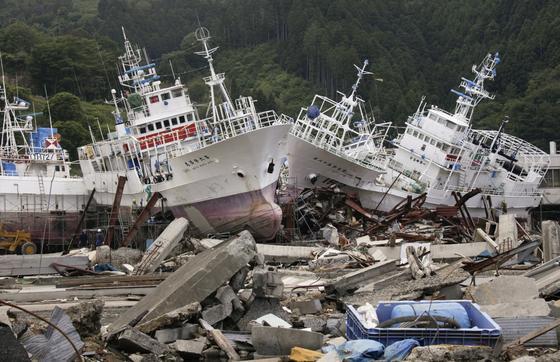Fischerboote, die durch den japanischen Tsunami am 11. März 2011 an Land geschoben wurden: Derjapanische Computerhersteller Fujitsu und die Universität Tohoku haben jetzt einen Simulator entwickelt, der den Verlauf einer Tsunamie-Welle an Land vorhersagen will.