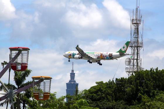 Anflug eines Airbus A330-300 im Hello-Kitty-Design auf Taipeh: Die Fluggesellschaft will nun mit ihren rosa Flugzeugen auch Europa anfliegen. Erstes Ziel ist Paris.