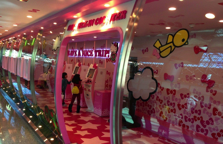 Muss man mögen: Check-in der Fluggesellschaft Eva Air im Hello-Kitty-Design.