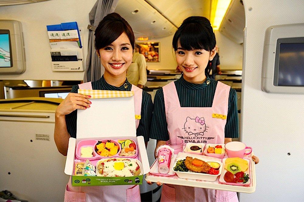 Stewardessen servieren in Hello-Kitty-Schürzen das Essen an Bord. Sogar die Möhren und andere Speisen sind geformt wie die berühmte Katze.