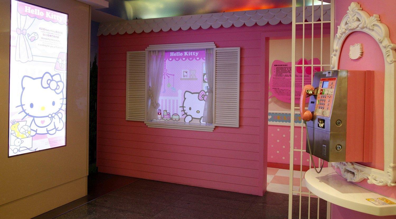 Sogar beim Telefonieren und beim Gang auf die Toilette schwelgen Gäste der Eva Air ganz in rosa.
