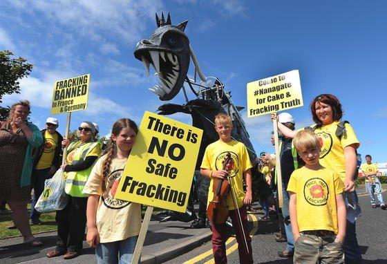 Fracking-Gegner protestieren: Eine neue Studie aus den USA stützt ihre Kritik. Danach gelangt Methan durch undichte Bohrlöcher ins Trinkwasser.