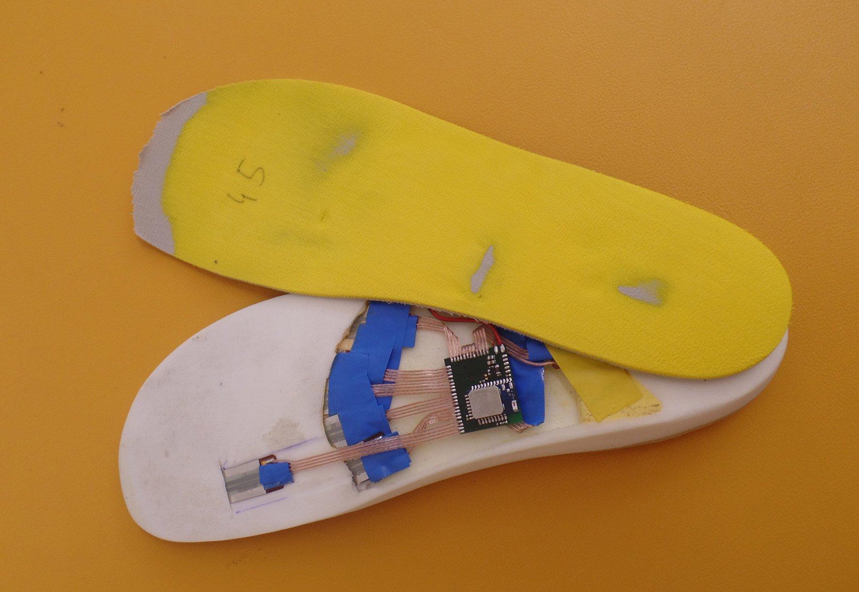 In der intelligenten Schuhsohle befindet sich ein eingearbeitetes Sensorsystem mit Temperatursensoren sowie acht sehr dünnen Drucksensoren. Sie wirken wie künstliche Nerven am Fuß.