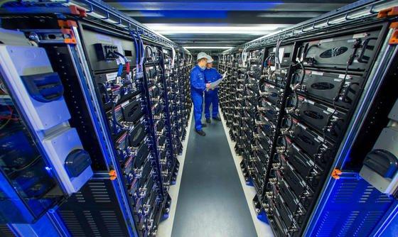 Im Auftrag des mecklenburgischen Energieversorgers Wemag wurde die Fünf-Megawatt-Anlage zur Stabilisierung des Stromnetzes errichtet. Die 25.600 Lithium-Ionen-Akkus stammen vom südkoreanischen Hersteller Samsung.