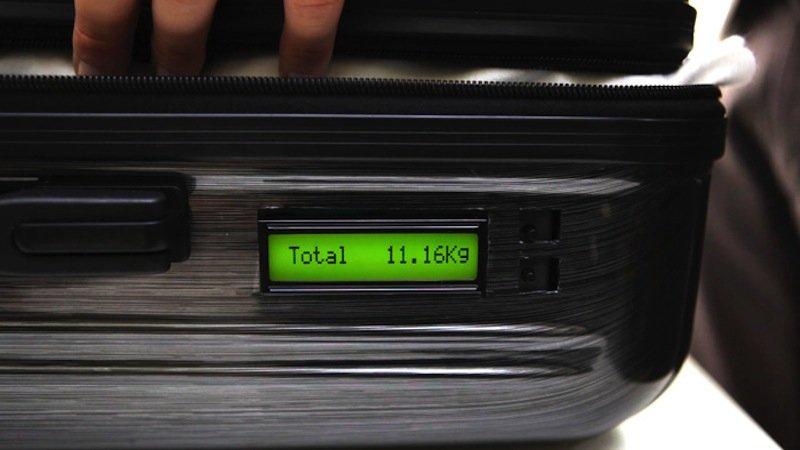 Koffer mit integrierter Waage: Deckel schließen und schon zeigt per Knopfdruck ein Display an der Seite des Koffers das Gesamtgewicht an.