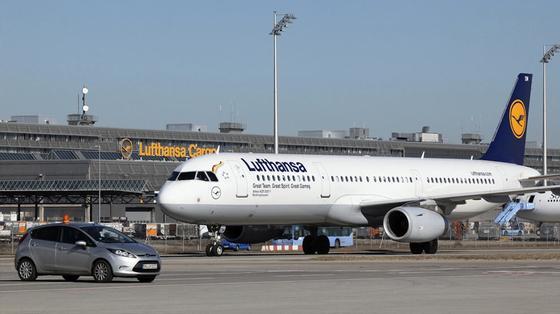 Der Airbus A321 fliegt für die Lufthansa regelmäßig die434 Kilometer lange Strecke von Frankfurt nach Berlin-Tegel. Erstmals ist er mit dem Biotreibstoff Farnesan geflogen, der bei der Verbrennung nur soviel an klimaschädlichem Kohlendioxid freisetzt, wie die Pflanzen zuvor aus der Luft gebunden haben. Foto: Lufthansa