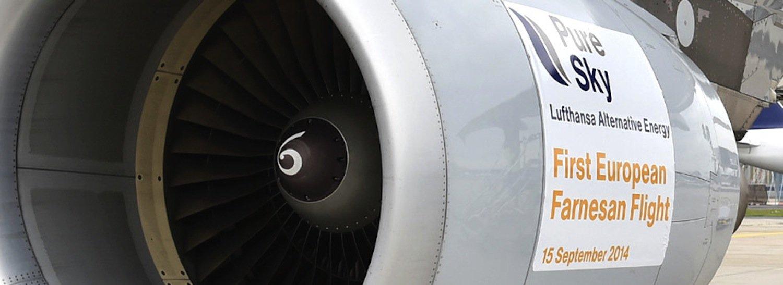 Der Airbus A321 der Lufthansa fliegt mit Farnesan: Mikroorganismen stellen den Biosprit her – als Nahrung dient ihnen bislang Zuckerrohr. Wissenschaftler tüfteln daran, dass sie sich auch mit Bioabfällen begnügen.