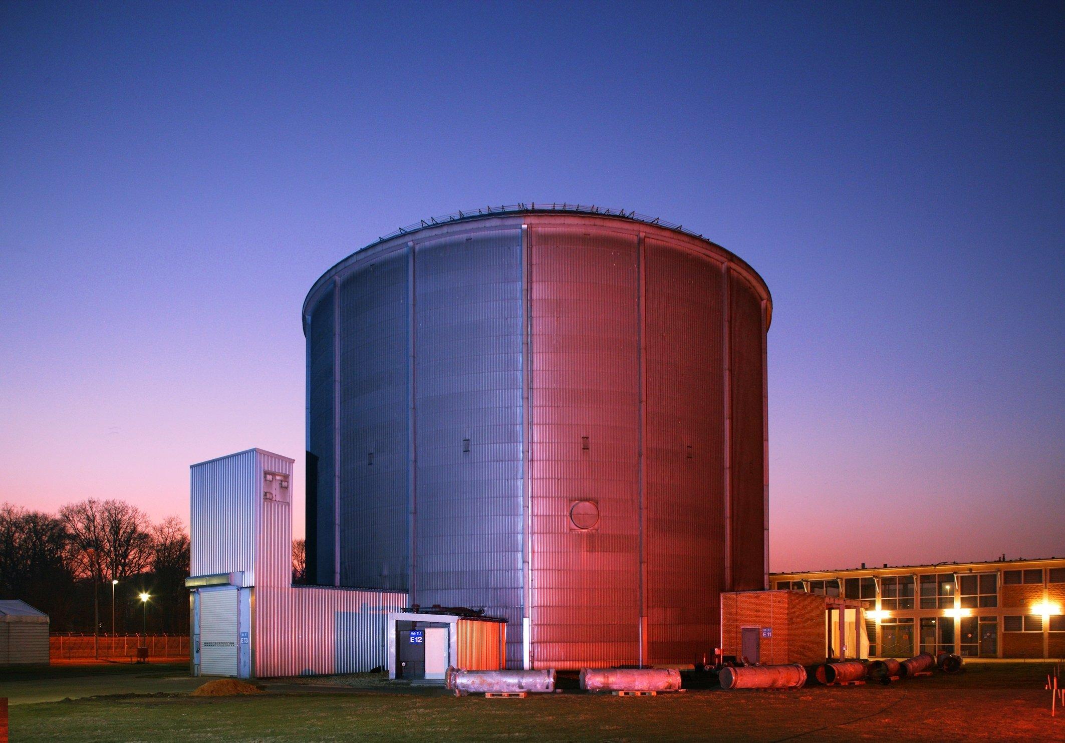 Der Forschungsreaktor FRJ-1 (MERLIN) wurde 1962 in Betrieb genommen und diente für Bestrahlungsexperimente insbesondere im Bereich der Materialforschung. Der Reaktor wurde nach 23 Betriebsjahren 1985 endgültig abgeschaltet.