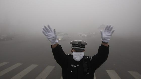 Smog so weit das Auge reicht: In chinesischen Großstädten gehört er zum Alltag. Um die Luftqualität zu verbessern, verbietet die Regierung ab 2015 in einigen Regionen die Verfeuerung schmutziger Steinkohle. In vielen ländlichen Regionen bleibt sie erlaubt.