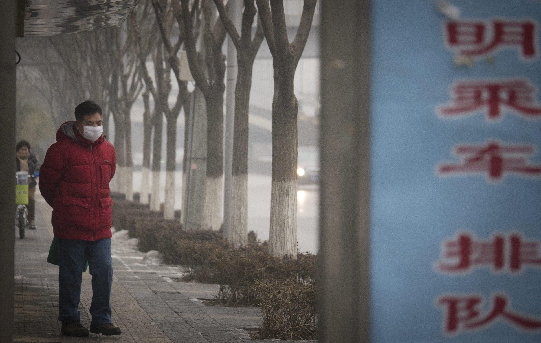 Auch in Peking ist der Smog ein Gesundheitsrisiko für die Bevölkerung. Viele Menschen gehen nur noch mit Atemschutzmaske auf die Straße.