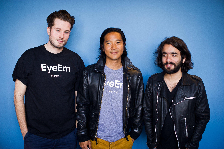 Die Mitgründer der Foto-Community EyeEm (v.l.n.r):Lorenz Aschoff, Gen Sadakane und Ramzi Rizk posieren 7. Mai 2014 im EyeEm Büro in Berlin Kreuzberg.