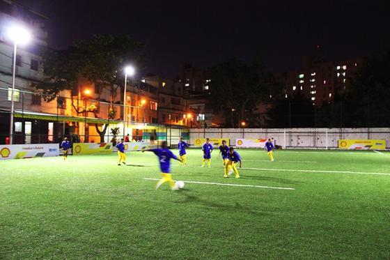 Dunkelheit bedeutete bislang Trainings-Aus. Jetzt erzeugen die jungen Fußballer in der brasilianischen Favela Morro da Mineira im Laufen ihren eigenen Strom.