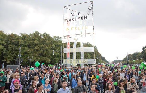 """Vor dem Brandenburger Tor in Berlin versammelte sich gestern eine riesige Menschenmenge: Es waren Teilnehmer der Klima-Demonstration """"Mal schnell die Welt retten"""". Die Aktion fand stattanlässlich des bevorstehenden UN-Klimagipfels am Dienstag. Auch in zahlreichen anderen Städten der Welt wurde protestiert. Nach Angaben der Veranstalter war es die """"größte Klima-Demonstration der Geschichte""""."""