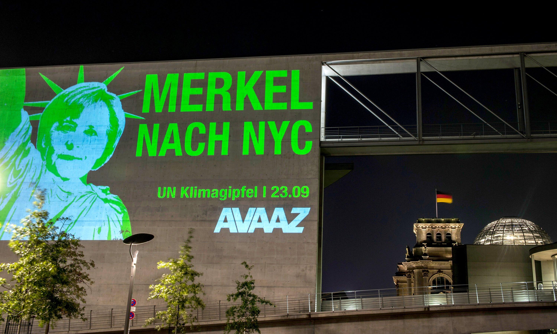 Lichtprojektion auf der Fassade des Paul Löbe-Hauses in Berlin: Die Aktivisten der globalen Bürgerbewegung Avaaz forderten damit Bundeskanzlerin Merkel (CDU) auf, zum UN-Klimagipfel am 23. September nach New York zu reisen.