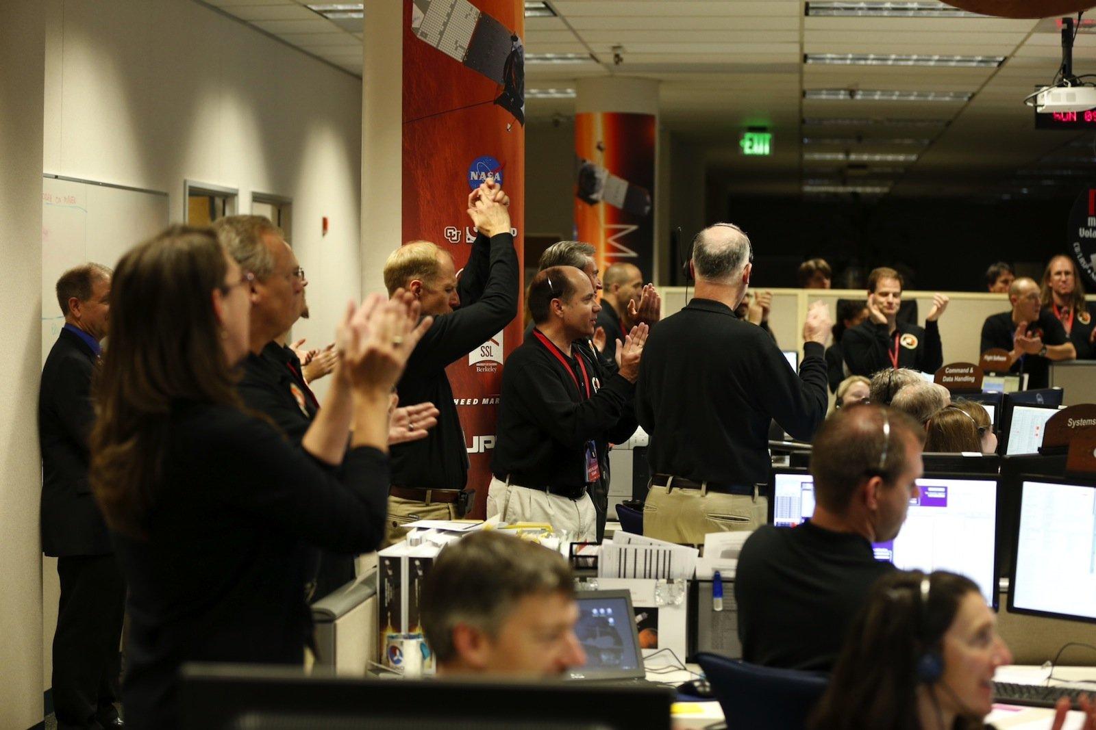 Jubel im Kontrollzentrum der NASA: Die Mars-Sonde Maven ist erfolgreich in die Umlaufbahn eingeschwenkt.