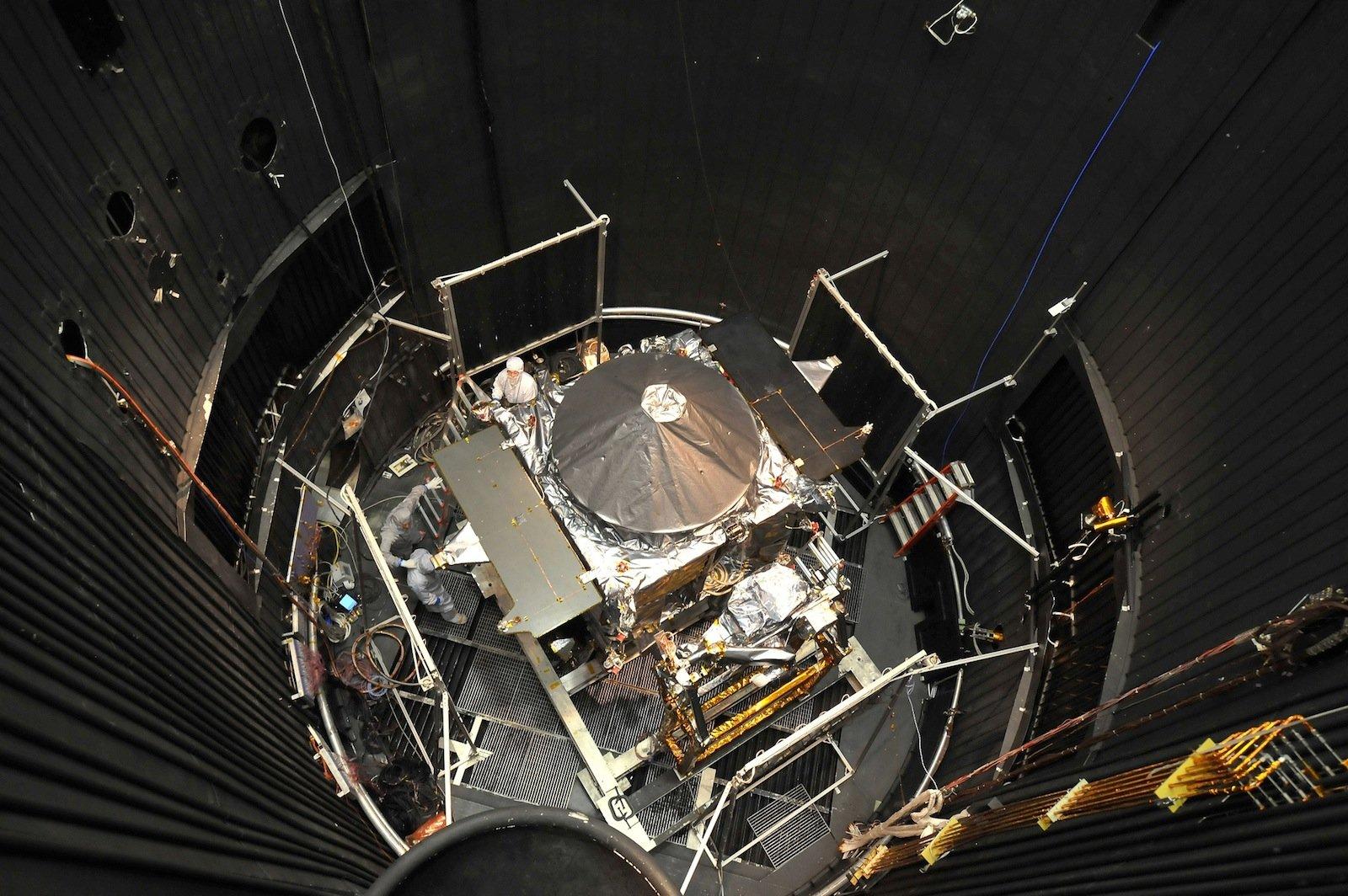 Vor dem Start im November 2013 wurde die Raumsonde Maven beim Hersteller Lockheed Martin ausgiebig getestet, etwa in einer Vakuumkammer.