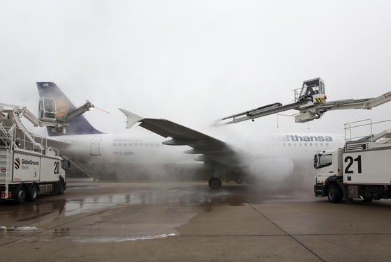Enteisung eines Airbus A320-200 der Lufthansa: Wissenschaftler arbeiten an Materialien, die die Eisbildung an Oberflächen hemmen sollen.