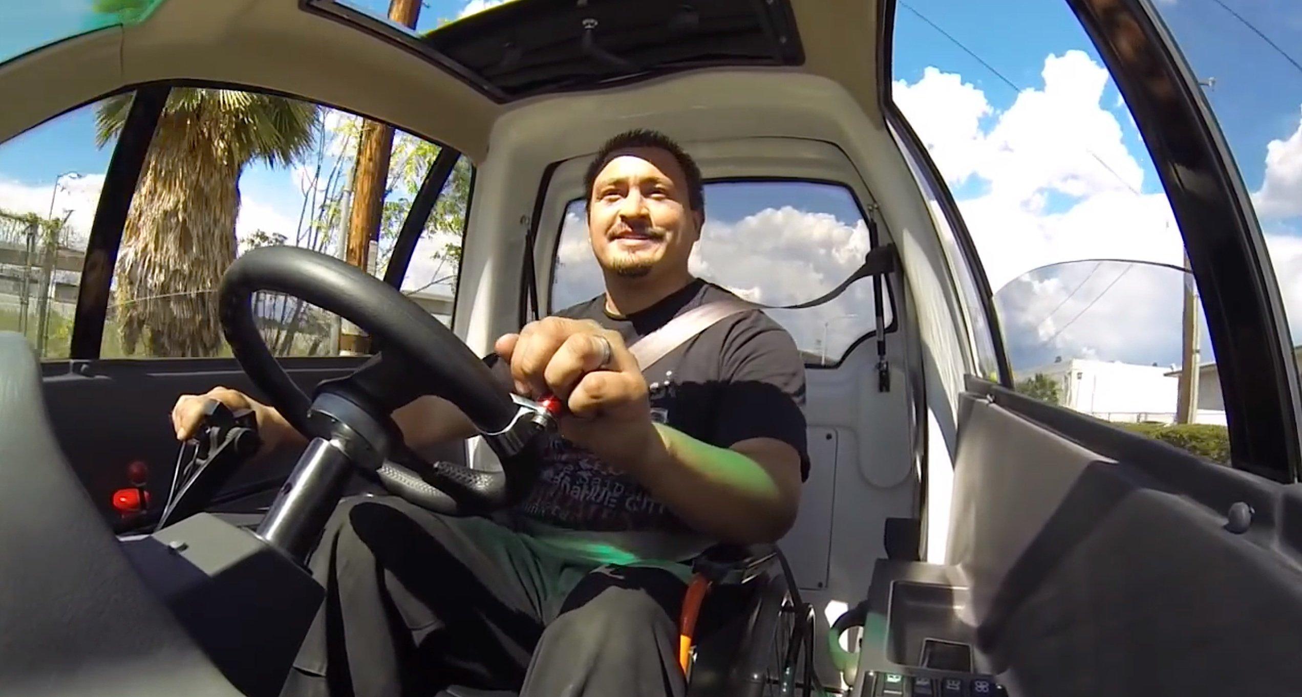 Rollstuhlfahrer in einem Chariot: In das Auto rollt man von hinten hinein, schnallt sich an – und fährt los.
