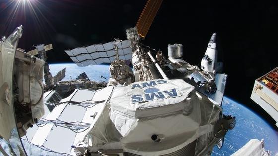 Außen an der ISS angebracht geht der Teilchendetektor Alpha-Magnet-Spektrometer (AMS) auf die Suche nach der Dunklen Materie. AMS sitzt an der Außenseite der Internationalen Raumstation ISS. Das vom Deutschen Zentrum für Luft- und Raumfahrt (DLR) geförderte Projekt zeichnet jährlich 16 Milliarden Teilchen der kosmischen Strahlung auf.