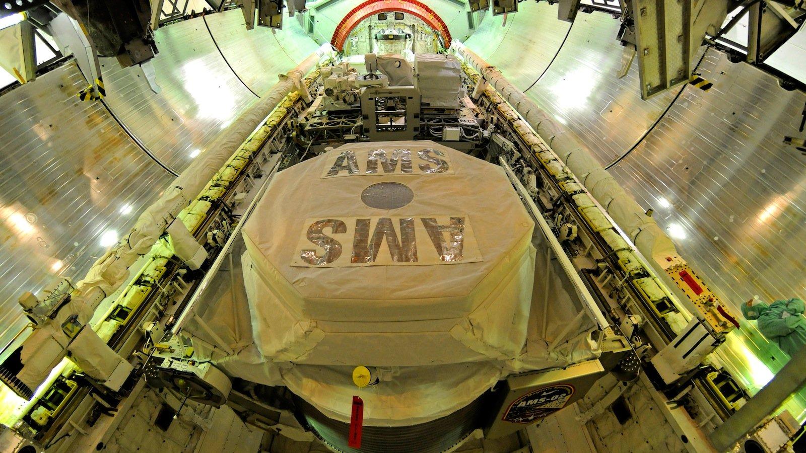 AMS wurde in der Nutzlast des Space Shuttle Endeavour am 16. Mai 2011 zur Internationalen Raumstation ISS transportiert. Es war Endeavour´s letzter Flug ins All, bevor die Raumfähre in den Ruhestand ging.