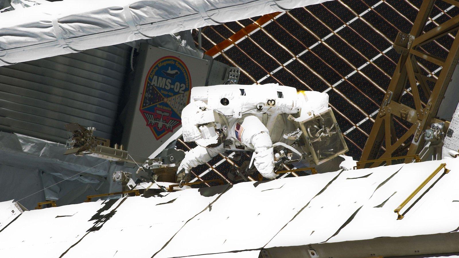 Nachdem der Teilchendetektor AMS von den beiden NASA-Astronauten Gregory Johnson und Greg Chamitoff mit dem ISS-Roboterarm aus der Ladebucht des Space Shuttle Endeavour gehoben und zu seinem Platz an der Gitterstruktur S§ gebracht wurde, installierten NASA-Astronauten die riesige Teilchenkamera.