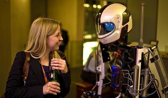 Nonverbale Kommunikation: Ein leicht geneigter Kopf lässt Mensch UND Roboter freundlicher wirken. Das hat Medienpsychologin Martina Mara wissenschaftlich belegt.