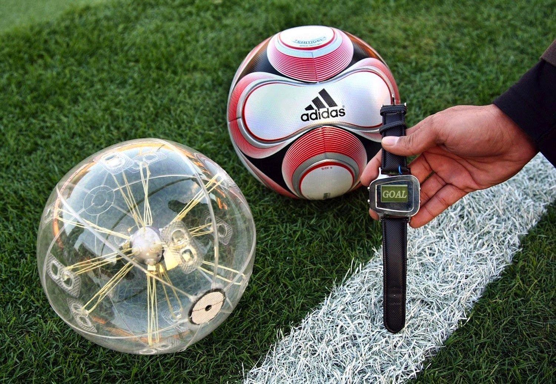 Cairos hat gemeinsam mit Adidas ein System entwickelt, das ein Magnetfeld um das Tor herum erzeugt. Ein Chip im Ball empfängt die Magnetfeldsignale und verrät dadurch seine Position.