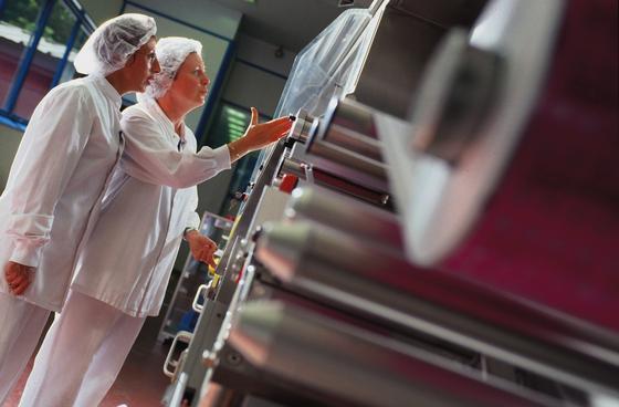 Merck-Forscher prüfen die Produktion von Arzneimittelverpackungen in Semoy in Frankreich. Durch die Übernahme desUS-Laborausrüster Sigma-Aldrich wird Merck künftig 300.000 Produkte anbieten.