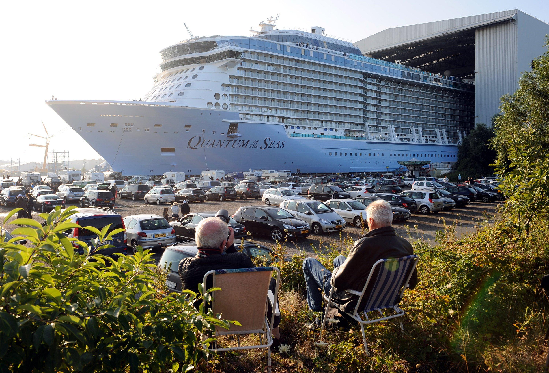 Der neueste und bisher größte Kreuzfahrtschiff-Neubau Quantum of the Seas der Meyer-Werft in Papenburg (Niedersachsen) verlässt am 13. September 2014 das Baudock.