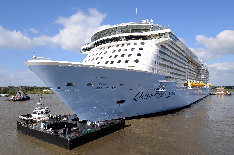 Quantum of the Seas passiert am 22. September 2014 die Dockschleuse der Meyer-Werft im emsländischen Papenburg (Niedersachsen). Zuvor wurde für die Emspassage ein Steuerponton am Bug des Riesen montiert. Bei der Schleuse handelt es sich um die engste Stelle der schwierigen Passage über die Ems in die Nordsee.