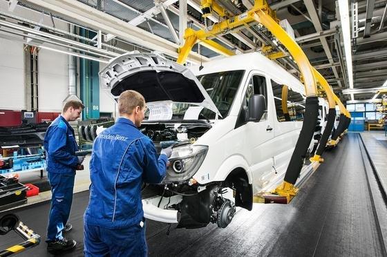Das Mercedes-Werk in Düsseldorf produziert den Sprinter und VW Crafter: Ein Teil der Produktion soll in die USA verlagert werden, um hohe Einfuhrzölle zu umgehen. Der Betriebsrat befürchtet den Verlust von 1800 der 6500 Arbeitsplätze.